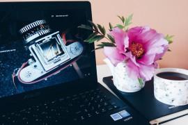 Ноутбук и утренний кофе
