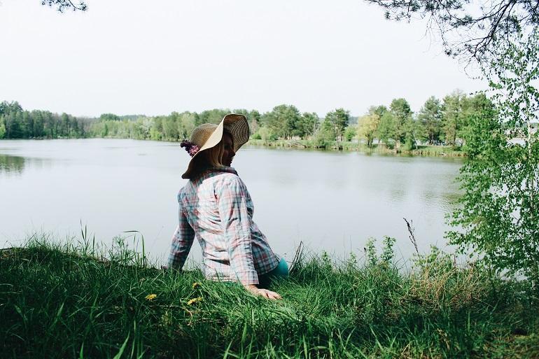 Slow life девушка у озера в шляпе