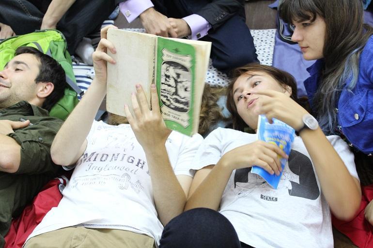 Студенты читают лёжа на полу