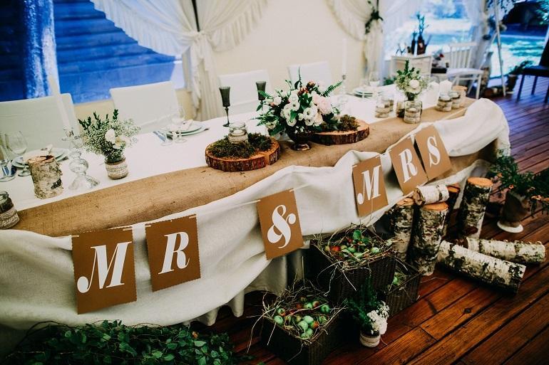 Свадьба в стиле рустик стол жениха и невесты