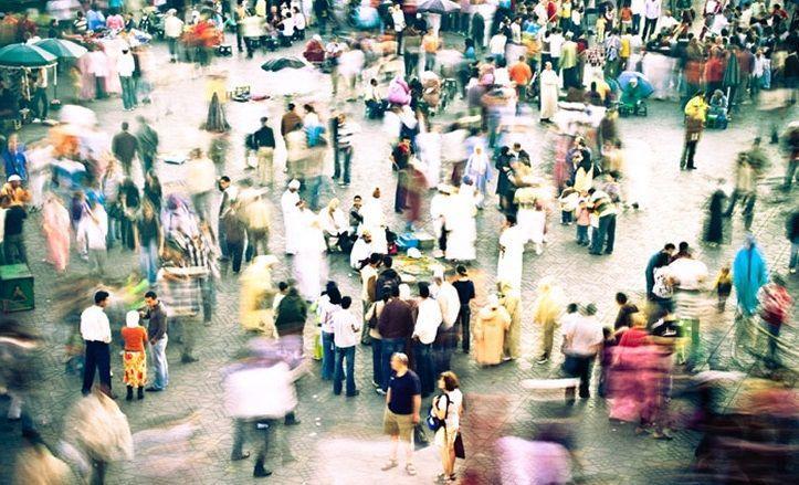 На площади много людей