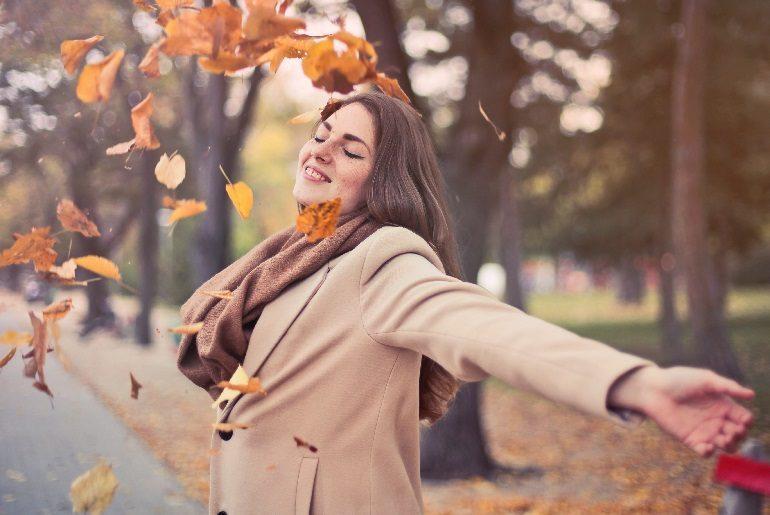 Счастливая девушка в осеннем парке