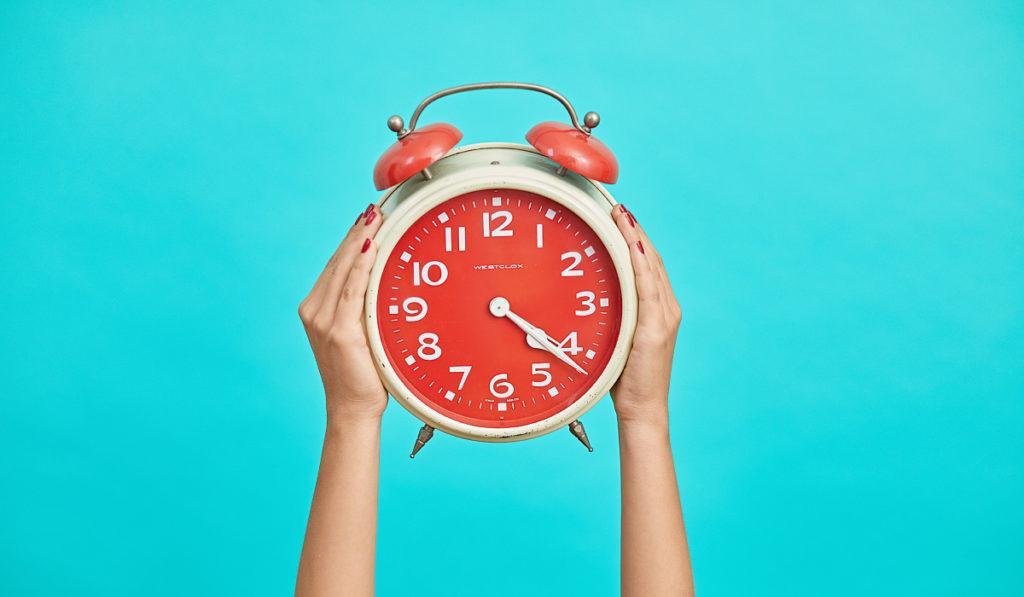 Ставьте будильник в дальний угол или в другую комнату