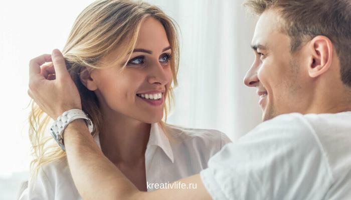 Пара разговаривает, обнимается мужчина и женщина
