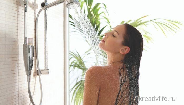 девушка в душе под струями воды