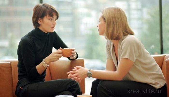 Подруги разговаривают в кафе диалог