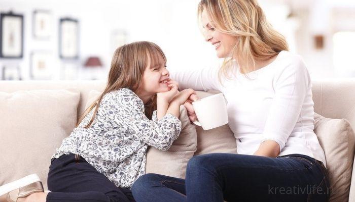 Дети и родители. Ребенок разговаривает с мамой