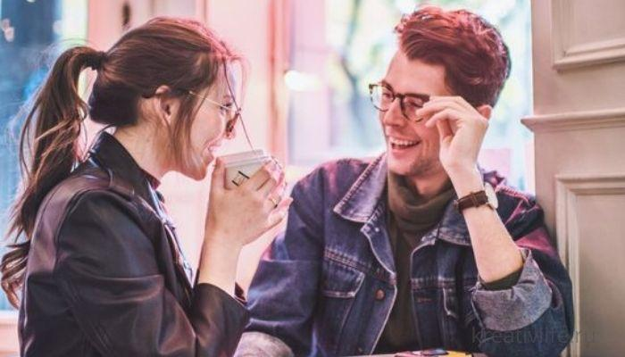 Пара в кафе. Мужчина и женщина беседуют