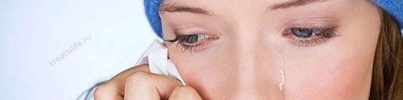 Девушка плачет, глаза со слезами
