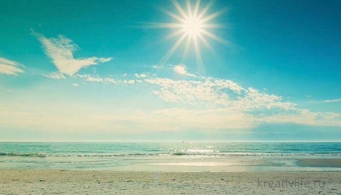 ярко светит палит солнце. Пустой пляж