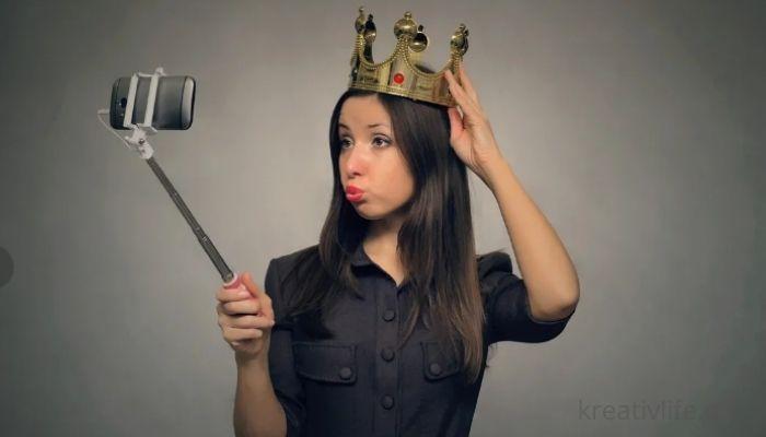 Самовлюбленная девушка с короной на голове