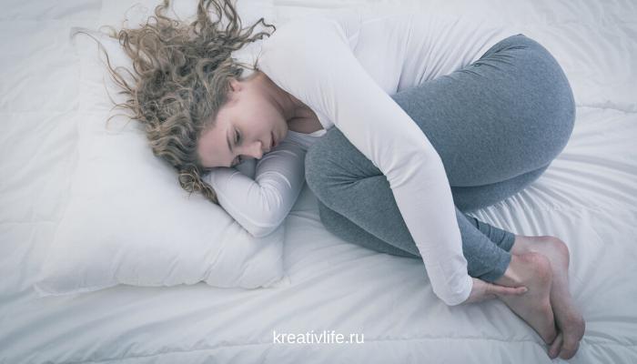 уставшая, истощенная грустная женщина с депрессии